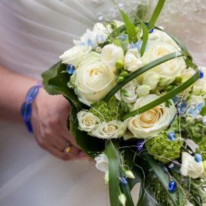 Brautstrauß mit blauen glasperlen, weiße Rosen, Braut mit glasschmuck, blaues glasperlenarmband, Ehering, weißes Brautkleid