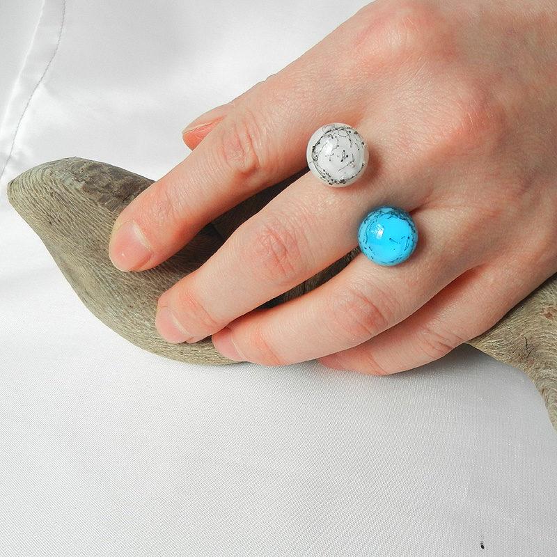 Silberring mit zwei handgefertigten Glasperlen in weiß und türkis. die Perlen sind rund. Der ring ist offen. Der Glasschmuck ist ein Unikat.