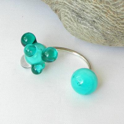 Silberring mit zwei handgefertigten Glasperlen in leuchtendem seegrün, offener Ring, ein Unikat