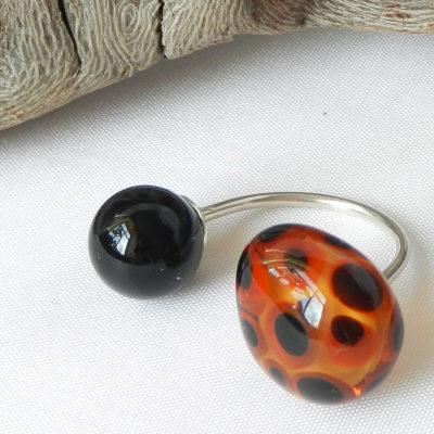 Silberring mit zwei handgefertigten Glasperlen, eine Perle schwarze Kugel, eine Perle im Leo-Print
