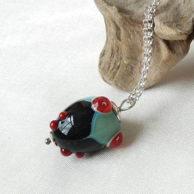 Anhänger aus Muranoglas,Stil art Deco,schwarz,rot grünes glas, handgefertigtes unikat von schmuckes glas