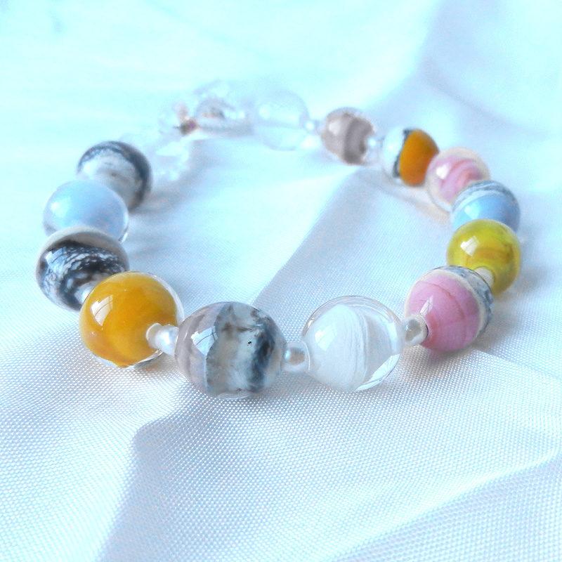 Armband mit runden Glasperlen,elfenbunt, handgefertigt,muranoglas,schmuckesglas