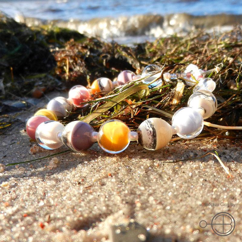 armband mit handgefertigten glasperlen
