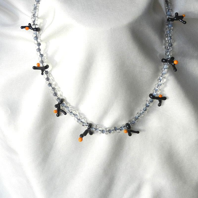 Glasperlenkette mit schwarzen glasperlen in langer form, einzelanfertigung, handgearbeitetes Unikat von schmuckes glas, grau und senffarbenes Muranoglas