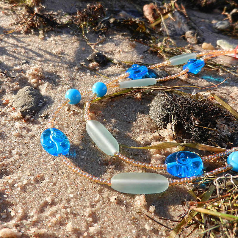 Kette mit handgefertigten glasperlen in türkis, gold und hellbraun, doppelreihig, muranoglas, von schmuckes glas