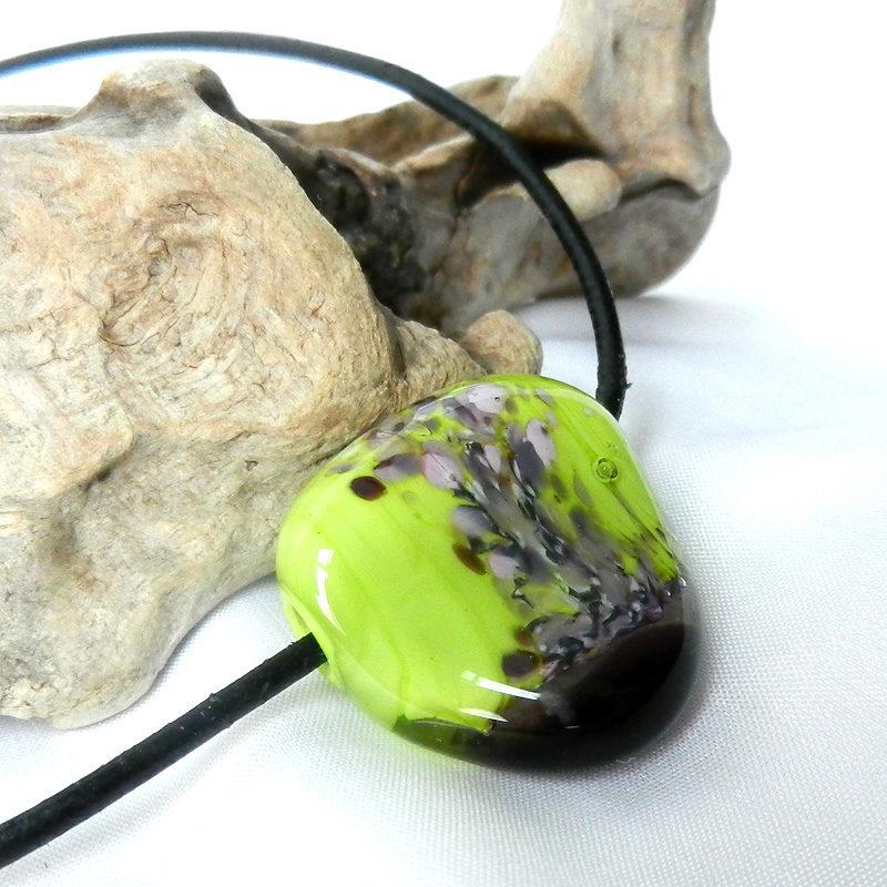 handgefertigte Glasperle aus Muranoglas in grün und lila,Lederkette schwarz,Einzelanfertigung von schmuckes-glas