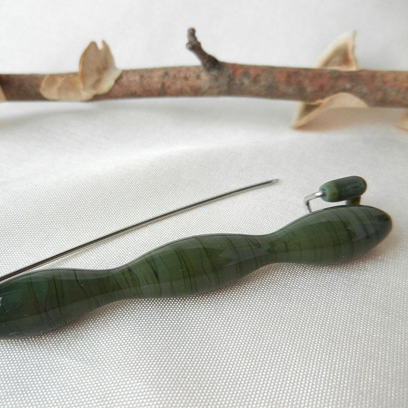 Anstecknadel mit einer Glasperle in Wellenform, oliv, Unikat von schmuckes-glas, Handarbeit, Edelstahl