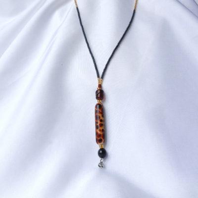 Lange Halskette mit langer Glasperle im Leo-Muster. Handgefertigtes Unikat von schmuckes Glas