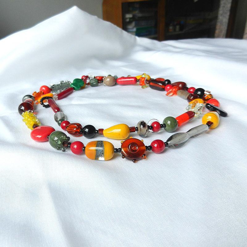 Lange Halskette mit vielen bunten Glasperlen in unterschiedlichen Herbstfarben, handgefertigtes Unikat von schmuckes Glas