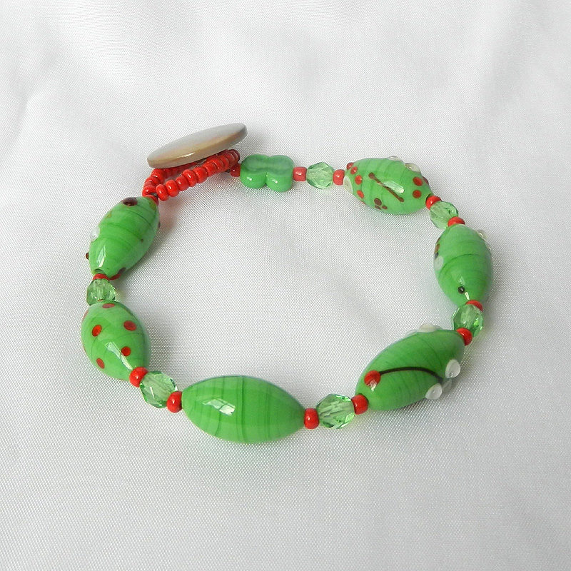 Armband mit grünen Glasperlen, handgefertigtes Unikat von schmuckes Glas, Muranoglas grün und rot, Glasperlenarmband