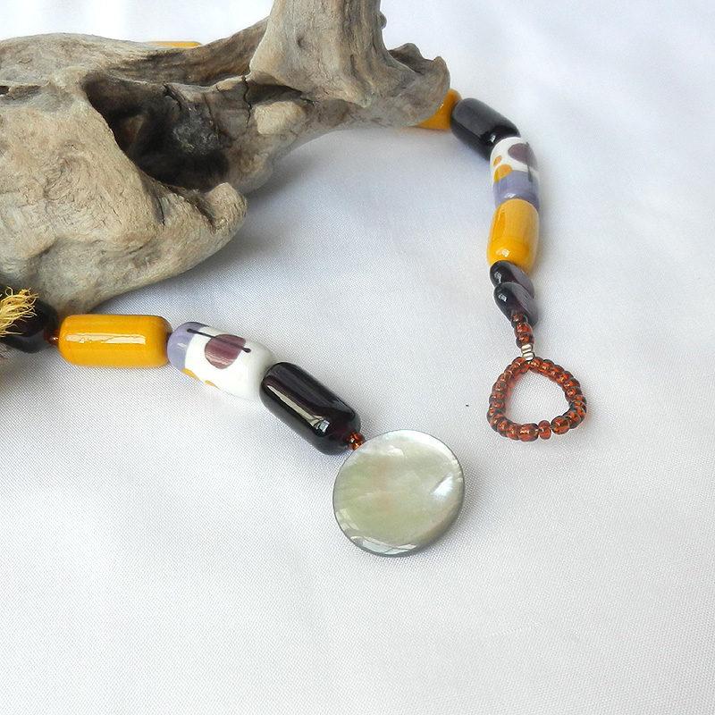 Glasperlen Kette Art Deco mit handgefertigten Glasperlen in senfgelb, lila und elfenbein, Perlmuttknopf, Unikat von schmuckes Glas