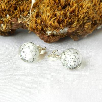 Glasperlenohrring weiß, Ohrstecker mit weißer Kugel aus Muranoglas, handgefertigtes Unikat von schmuckes Glas