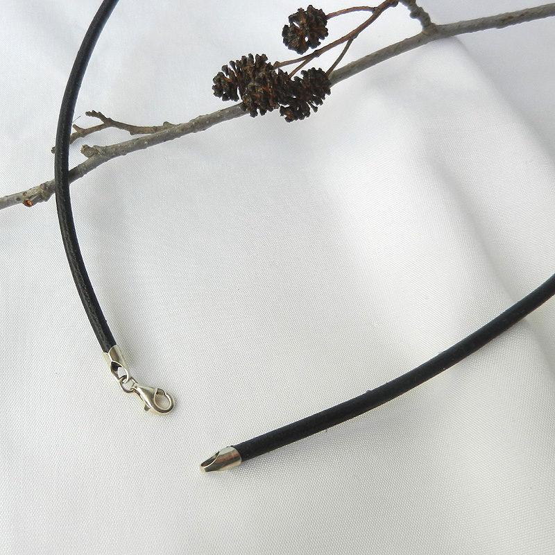 Lederkette schwarzes Rindsleder, Karabinerverschluss aus Silber, schwarzes Lederband