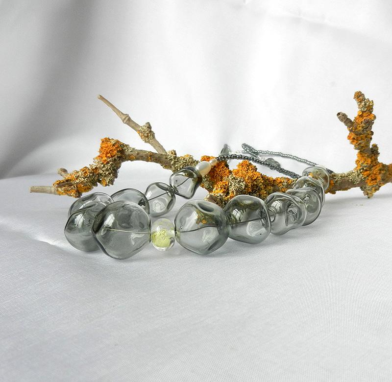 graue Glasperlenkette von schmuckes Glas, Hohlperlen, mundgeblasen, mit Süßwasserperlen