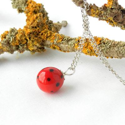 Glasperle rot mit schwarzen Punkten, handgefertigter Anhänger rotes Glas, schwarzgepunktet