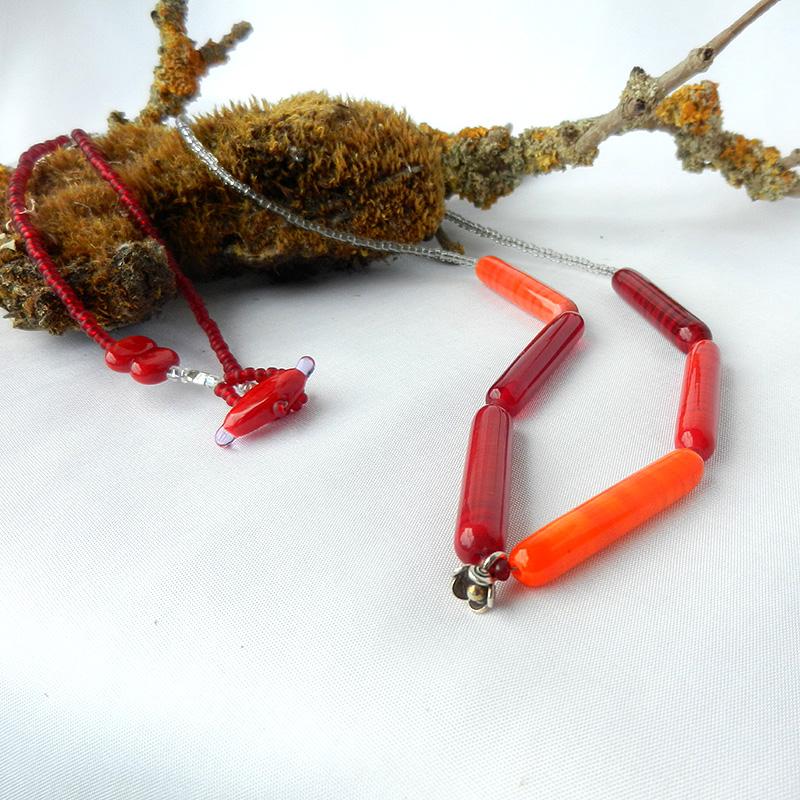 rote Perlenkette, lange Glasperlen in unterschiedlichen Rottönen, handgefertigt von schmuckes Glas