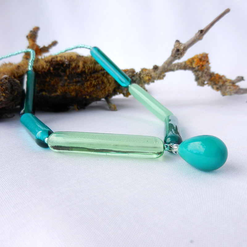 Glasperlenkette in grün, gerade wlzenförmige Glasperlen in unterschiedlichen Grüntönen mit Tropfen Anhänger, lange Perlenkette von schmuckes Glas