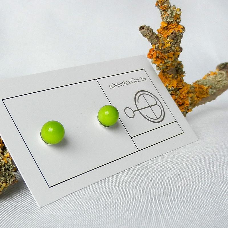 grüne Glasperlenohrringe, Ohrstecker in Silber mit grüner Perle, handgefertigt von schmuckes Glas