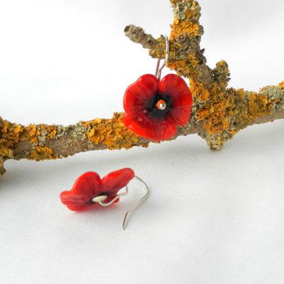 Ohrringe mit Mohnblüten, Mohnblumen, Silberschmuck, rote Glasperlen, floraler Schmuck