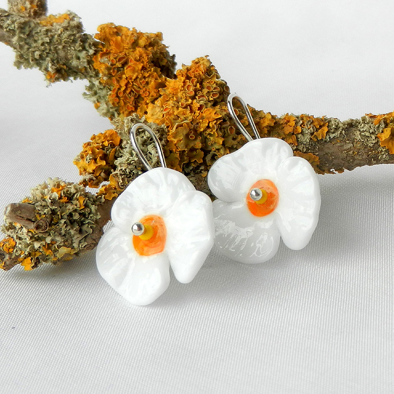 weiße Blüten Ohrringe, Glasperlen ohrringe in blumenform weiß, handgefertigte Silberohrringe mit Glasperlen von schmuckes Glas