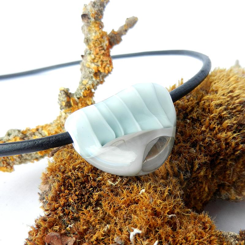 Glasperle aus grauem und weißem Glas, handgefertigte Perle am Lederband von schmuckes Glas