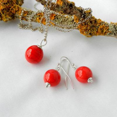 Set bestehend aus Ohrringen und einem Anhänger mit roten Glasperlen. Rote Kugeln, rote runde Glasperlen, Silber. handgefertigt von schmuckes Glas.