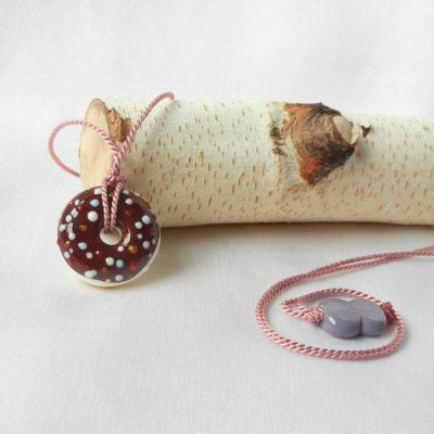 Glasperle Donut an einer Seidenkordel, handgefertigtes Unikat