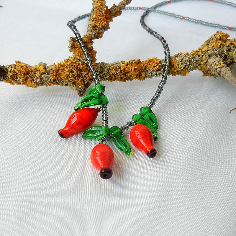 Glasperlenkette mit handgefertigten roten Hagebutten