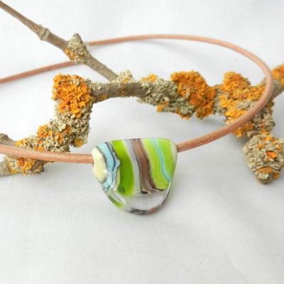 grüne Glasperle handgefertigt am Lederband, von schmuckes Glas